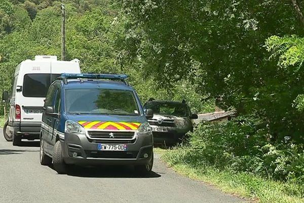 Les véhicules de la gendarmerie près du domicile des victimes, à l'écart du village de Conat dans les Pyrénées-Orientales - 23/06/2019