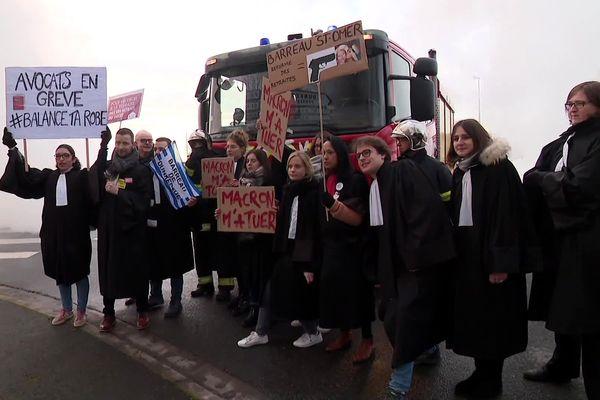 Une dizaine d'avocats étaient mobilisés ce lundi matin pour la venue d'Emmanuel Macron à Dunkerque.