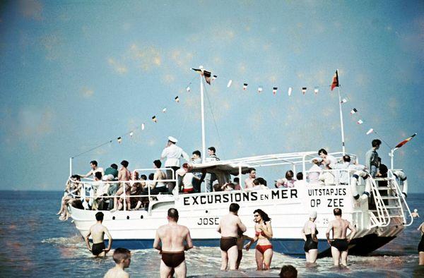 LA PANNE, BELGIQUE, 1970 Pendant les chauds mois d'été, les balades en bateau le long des côtes belges étaient un moyen très populaire de profiter du soleil loin des plages surpeuplées