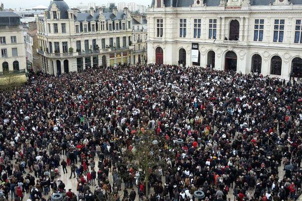 La place Leclerc noire de monde pour le rassemblement de soutien à Charlie Hebdo et aux victimes des attentats
