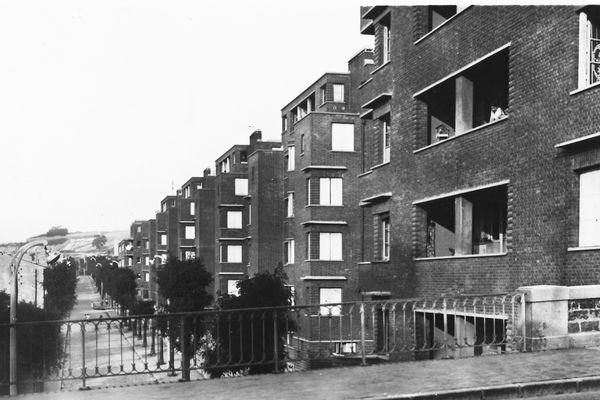 Conçues par l'architecte Félix Dumail, les HBM se déploient sur 3 communes. Au total six immeubles construits de 1932 à 1952 dans le cadre de la politique de relogement de l'immédiat après guerre.