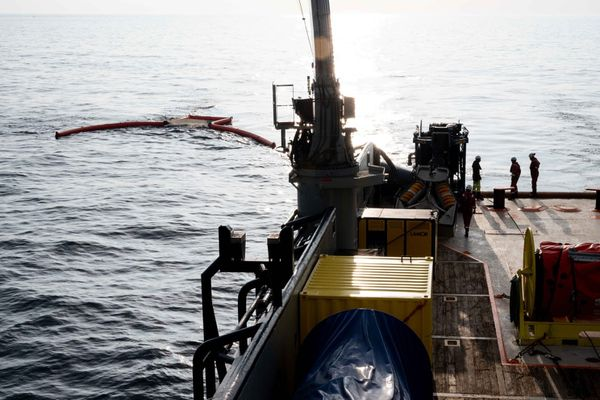 Opération de dépollution à bord du Sapeur avec une équipe du CEPPOL