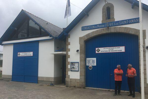 Le patron du canot tout temps et le président de la station SNSM du Croisic devant les bâtiments de la station de sauvetage