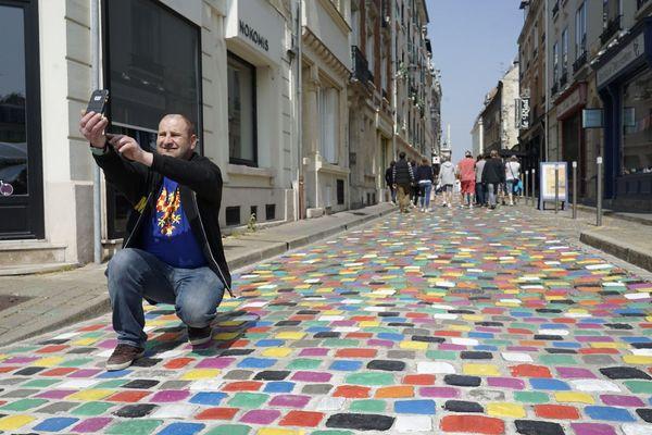 Des pavés multicolores sont apparus mercredi 30 avril rue de Tambour à Reims.
