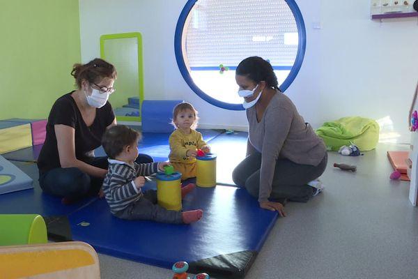 Les masques inclusifs transparents commencent à être distribués aux salariés de la crèche.
