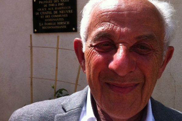 Jean-Pierre Hirsch devant la plaque commémorative de sa famille