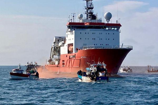 Ce 24 juin 2021 une trentaine de bateaux de pêcheurs a empêché le navire Aethra de creuser des tranchées nécessaires à l'installation des câbles des futures éoliennes