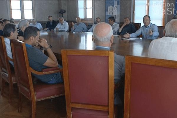 03/07/14 - Excédés par le conflit de la SNCM, les socioprofessionnels menacent de bloquer l'île