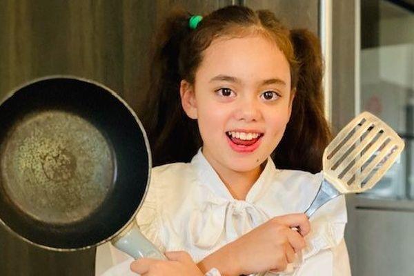 A 9 ans, Angie, la fille du chef Didier Méril, se met aux fourneaux avec son père le temps du confinement