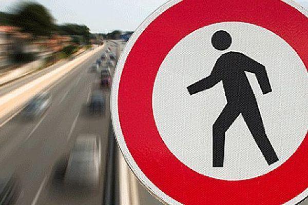 Le panneau d'interdiction aux piétons, valable pour toutes les autoroutes.