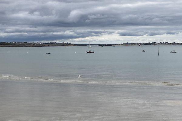 Une vedette inspecte les abords de la plage de Toulhars à Larmor-Plage (Morbihan)