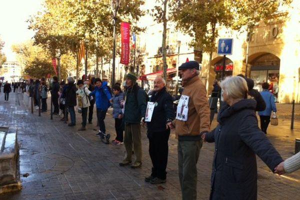 200 personnes forment une chaîne humaine à Aix-en-Provence à la veille de la COP 21