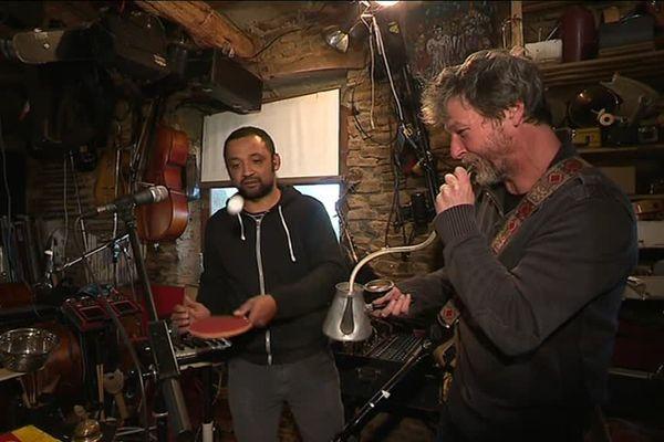 Nel'Son (Christophe Bunel et Rivo Ralison) en pleine répétition dans leur laboratoire musical du sud-manche...