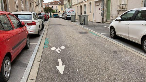 Une piste cyclable à sens inversé, une hérésie pour certains cyclistes.