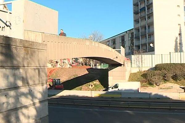 Nîmes - les 2 passerelles piétonnes enjambant la Nationale 106 pourraient être supprimées pour permettre la construction de la future ligne 2 du Trambus - janvier 2019.