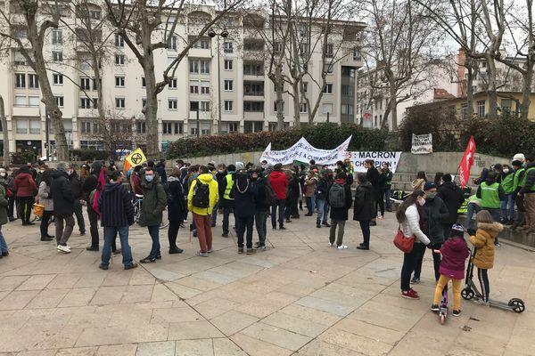De nombreux militants écologistes sont venus soutenir Charles, jugé à Lyon le 27 janvier pour avoir décroché un tableau d'Emmanuel Macron en mai 2019.