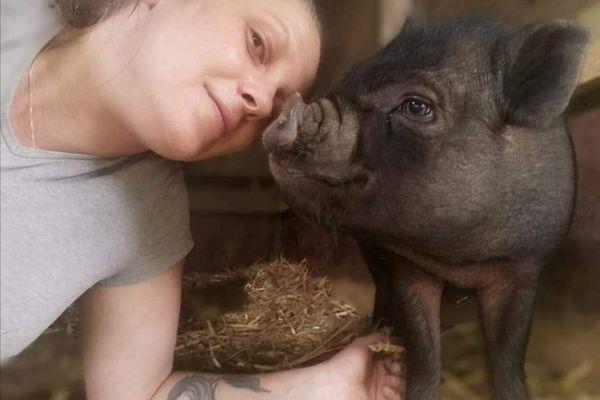 Virginie et son cochon  Brad Pig, bébé