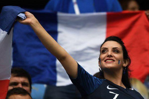 Une supportrice de l'équipe de France;