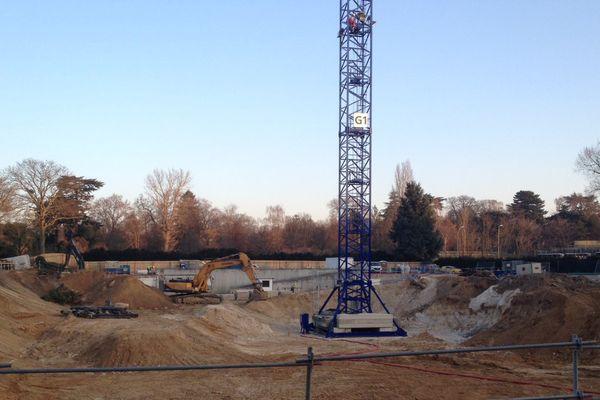 Les travaux du nouveau court de tennis pour le stade Roland-Garros, dans le jardin des Serres d'Auteuil, à Paris.