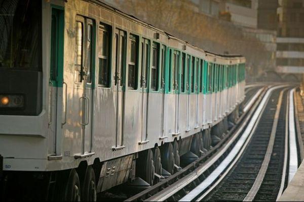 Une rame de métro sur la ligne 6, à Paris.