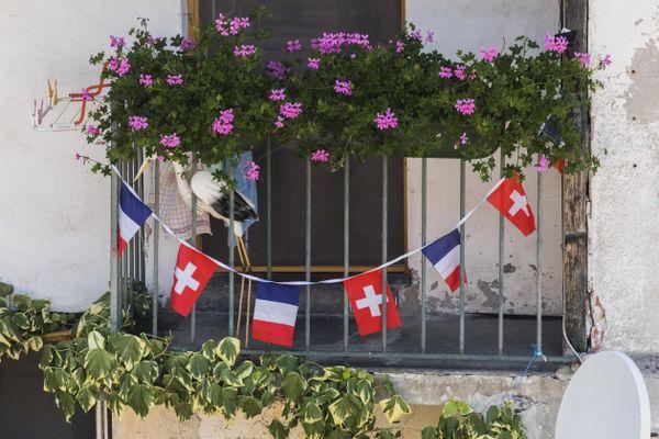 Saint-Gingolph est un village bi-national, traversé par la frontière franco-suisse.