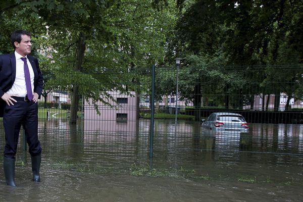 Manuel Valls en visite aux sinistrés des inondations à Crosne dans l'Essonne le 4 juin 2016