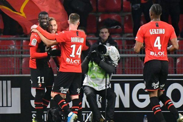 Niang félicité par ses partenaires après son but face à Angers