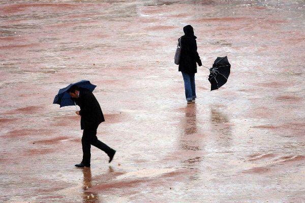 La pluie et le vent ne valent rien aux parapluies...