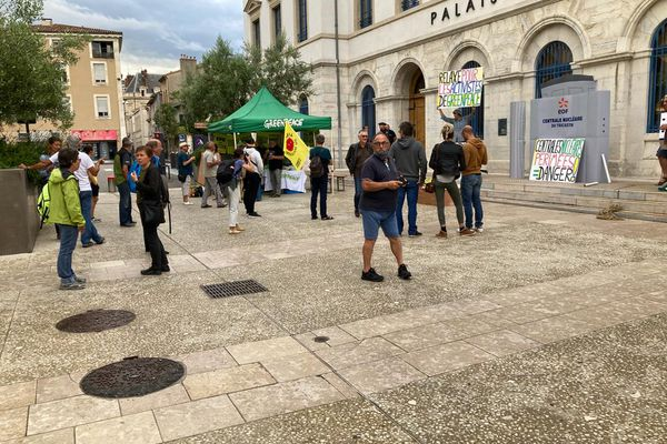 Rassemblement de Greenpeace devant le tribunal de Valence (Drôme) le 29 juin 2021