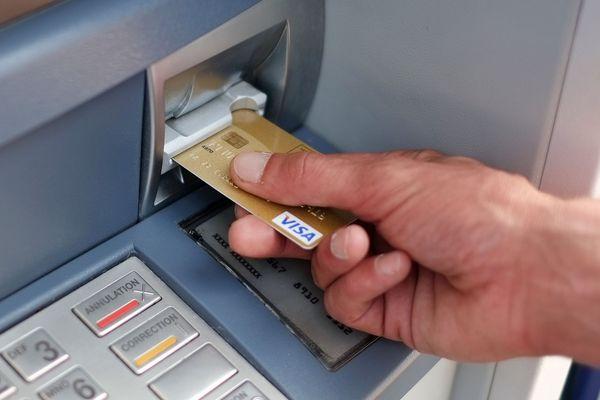 Les personnes très âgées (entre 80 et 90 ans) sont des cibles privilégiées face aux escroqueries à la carte bancaire lors de démarchage téléphonique.