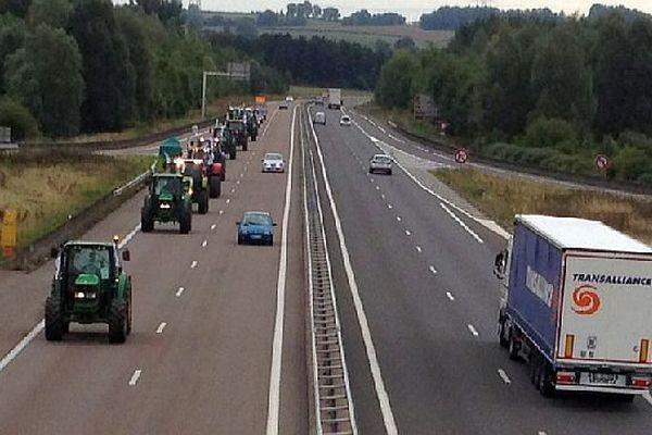Un convoi de tracteurs avec des véhicules venus de l'Ain, de la Loire, du Rhône et de Saône-et-Loire se sont rassemblés à Nevers. Ils ont pris le départ pour Paris où une grande manifestation doit avoir lieu jeudi 3 septembre 2015.