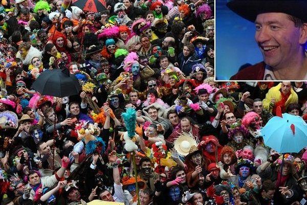 foule de carnavaleux au pied de l'hôtel de ville de Dunkerque (2014)