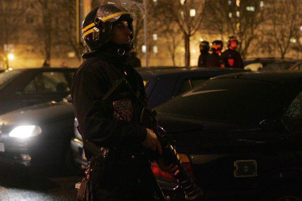 Policiers en mission de surveillance dans des quartiers sensibles