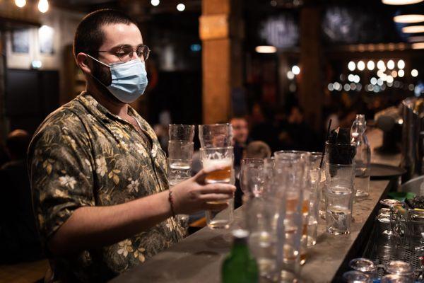Les bars et restaurants de la Manche fermeront à 23 heures jusquà nouvel ordre.