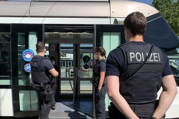 """Trois policiers allemands à l'arrêt de tram """"Kehl-Bahnhof"""", mercredi 27 mai 2020"""