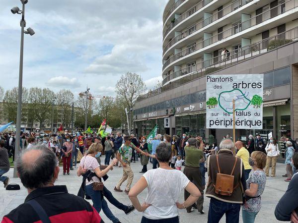 A Caen, un millier de manifestants se sont donnés rendez-vous à l'esplanade Léopold Sedar Senghor pour une nouvelle marche pour le Climat