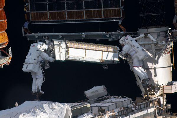 Shane Kimbrough (à gauche) et Thomas Pesquet (à droite) en train d'installer un panneau solaire à l'extérieur de l'ISS, le 22 juin 2021.