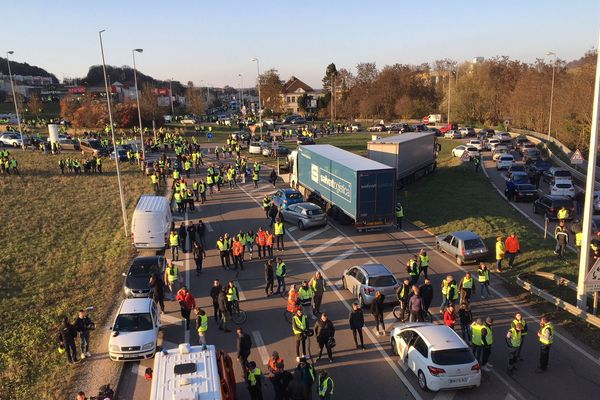 Les gilets jaunes se sont rassemblés en début d'après-midi sur l'autoroute A31, à la sortie de Nancy à Frouard.