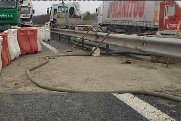 Même si le trou a été comblé il y a 10 jours, la chaussée de l'autoroute A13 est toujours en chantier, à l'origine des embouteillages.