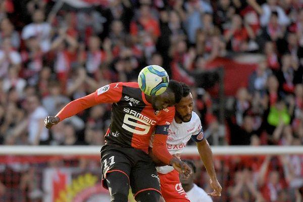 Combat de têtes entre le milieu de terrain rémois Alaixys Romao et l'arrière sénégalais de Rennes Mbaye Niang