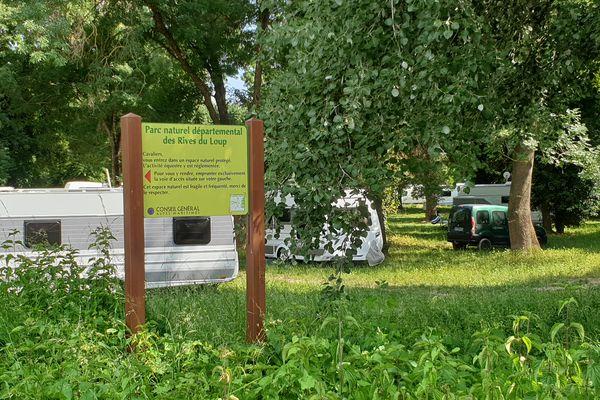Samedi 12 juin : une cinquantaine de caravanes est installée sur le parc naturel départemental des Rives du Loup à Cagnes-sur-Mer (Alpes-Maritimes), à proximité d'une station de pompage d'eau potable.