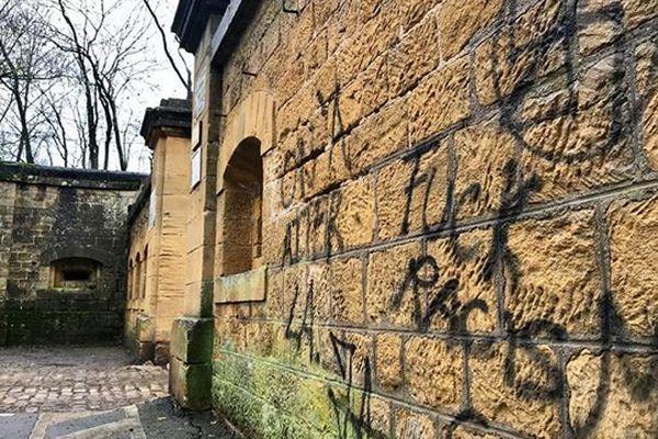Des tags sur le mur d'enceinte du fort de Queuleu à Metz (Moselle) découverts dimanche 27 janvier 2019.