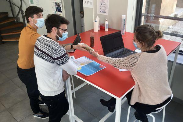 """Kévin Oddon et Antonin Bourgeois profitent des conseils de Nolwenn Guillon, la responsable de l'incubateur """"Gaaap"""" qui aide au développement de jeunes startups dans les Hautes-Alpes."""