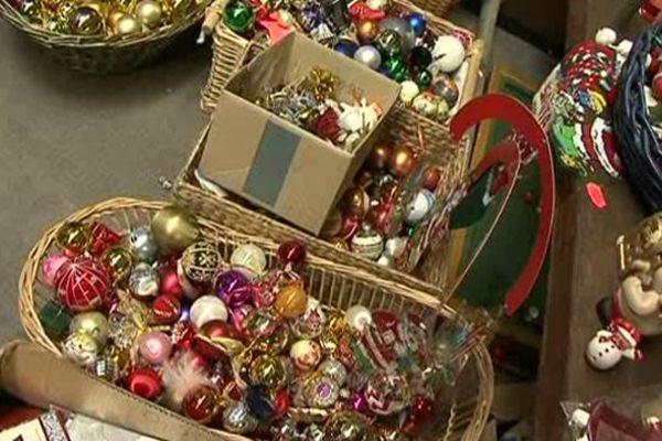 On trouve notamment de nombreuses décorations de Noël à la grande vente Emmaüs.