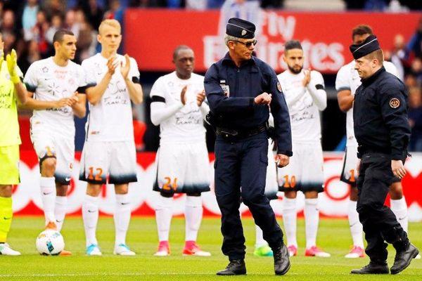 Deux policiers donnent le coup d'envoi du match PSG/Montpellier, le 22 avril 2017, au Parc des Princes, à Paris.