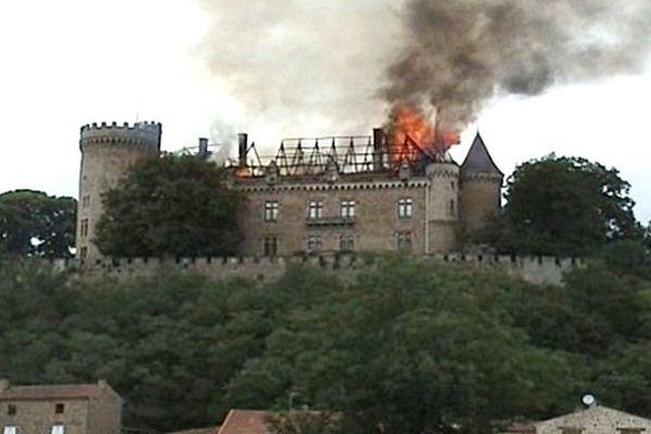 Le château de Paulhac en feu, le 29 juillet dernier (Document amateur)