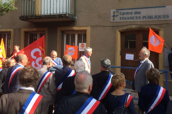 Une vingtaine d'élus ont manifesté pour défendre la trésorerie d'Ars sur Moselle ce mardi 5 septembre 2017