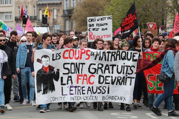 Quelques 400 cheminots ont défilé dans les rues de Bordeaux, rejoints par les étudiants, gasiers et postiers, mardi 3 avril.