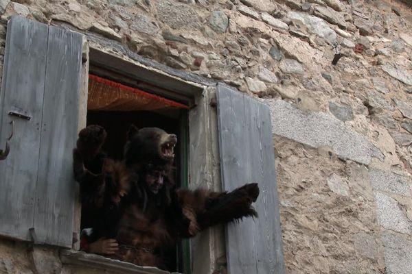 Dans certaines traditions du Carnaval, l'homme déguisé en ours, est censé acquérir la psychologie de l'animal pour subir une véritable métamorphose