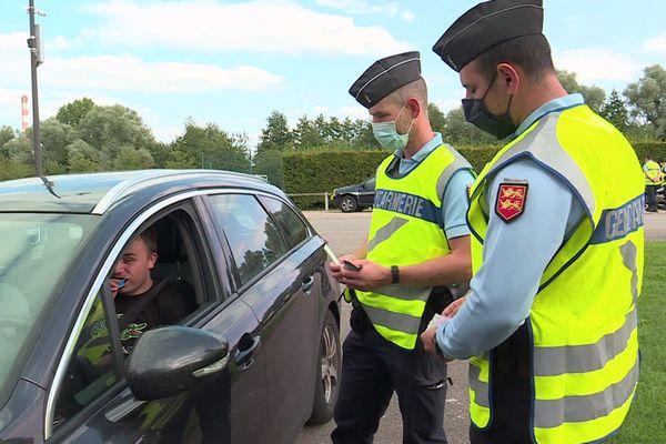 """Gendarmes effectuant une opération de contrôle """"antistups"""" sur une route de Normandie en septembre 2020"""